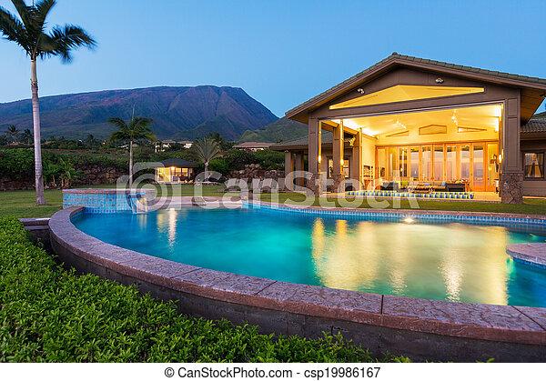 Lujo a casa con piscina al atardecer - csp19986167