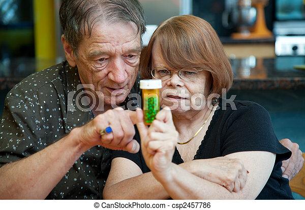 Una pareja mayor en casa con receta - csp2457786
