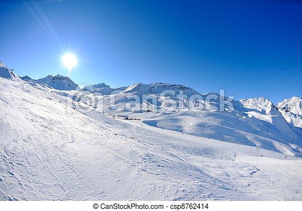 Hohe Berge unter Schnee im Winter - csp8762414
