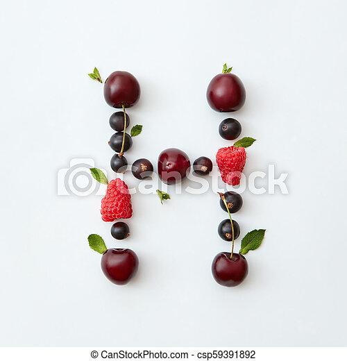 Patrón colorido de letras H alfabeto inglés de bayas maduras naturales, grosellas negras, frambuesas, hoja de menta aislada en un fondo blanco. - csp59391892