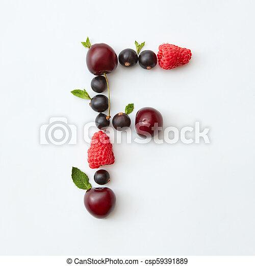 Patrón de frutas del alfabeto de letras F de bayas maduras naturales, grosellas, frambuesas, hoja de menta aislada en un fondo blanco. - csp59391889