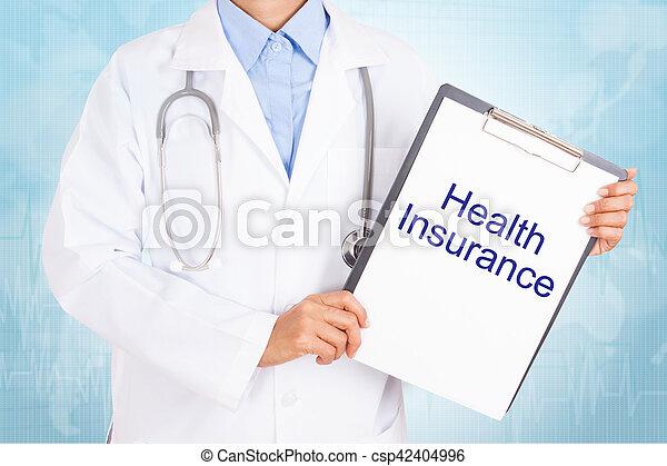 Doctor sosteniendo portapapeles con texto de seguro de salud en una hoja de papel sobre antecedentes blancos - csp42404996