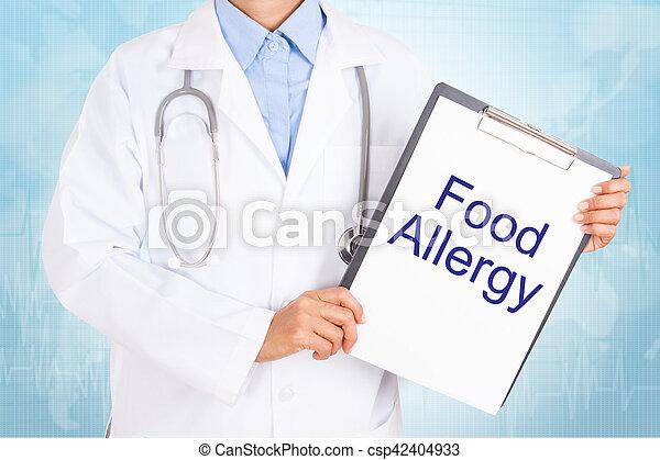 Doctor sosteniendo portapapeles con textos de alergia a la comida en una hoja de papel. Sobre fondo blanco - csp42404933