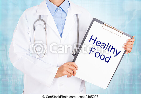 Doctor sosteniendo portapapeles con un texto saludable de comida en una hoja de papel. Sobre fondo blanco - csp42405007
