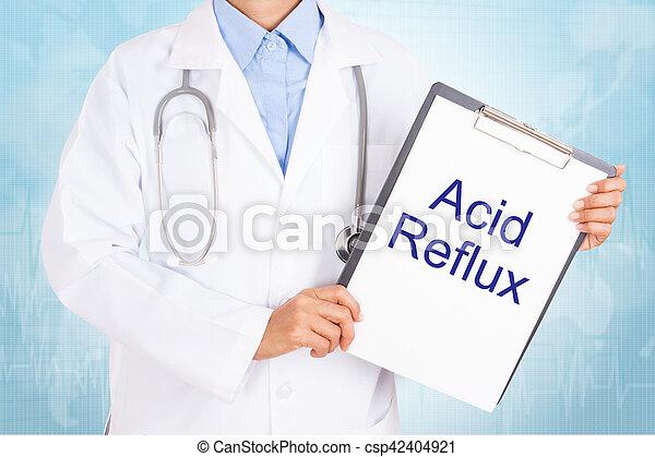 Doctor sosteniendo portapapeles con reflujo ácido en una hoja de papel. Sobre fondo blanco - csp42404921