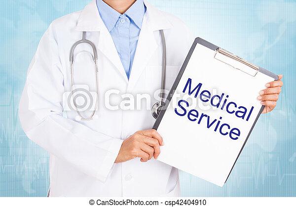 Doctor sosteniendo portapapeles con texto de servicio médico en una hoja de papel. Sobre fondo blanco - csp42404910