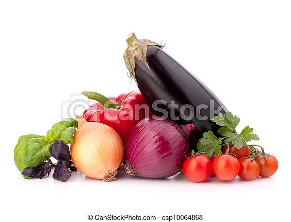 La pimienta dulce, cebolla, tomate, berenjena y albahaca aún deja vida aislada en el fondo blanco - csp10064868