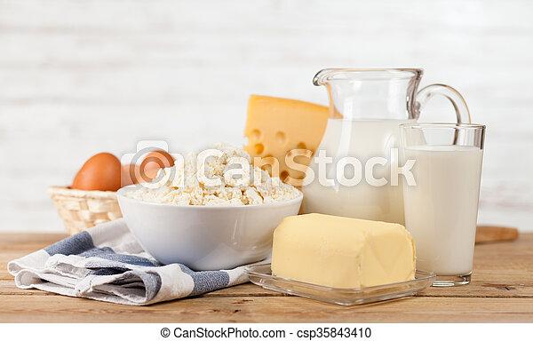 Milchglas auf Holztisch - csp35843410