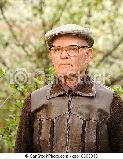 Un hombre mayor al aire libre - csp10608016