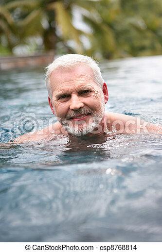 Hombre mayor nadando - csp8768814