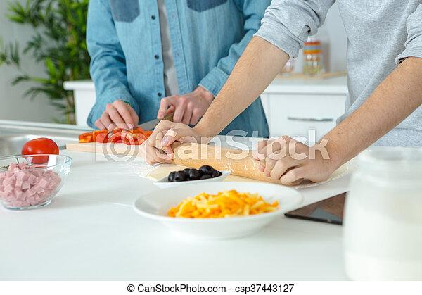 Hombre en la cocina - csp37443127