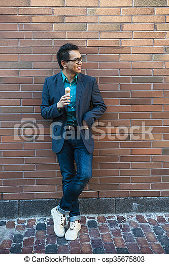 Un joven asiático con helado - csp35675803