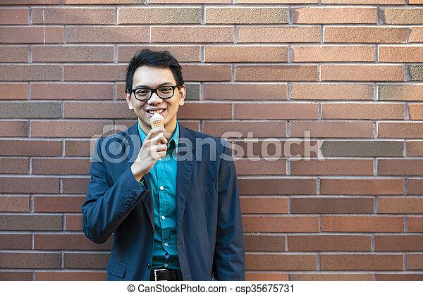 Un joven asiático con helado - csp35675731