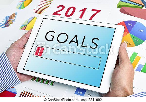 Joven hombre de negocios y metas para el 2017 - csp43341992