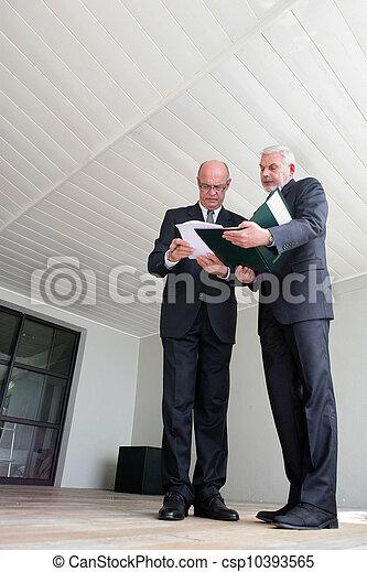 Empresario senior discutiendo documentación - csp10393565
