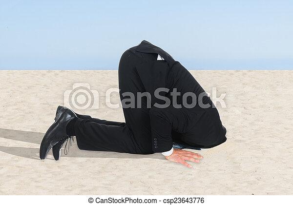 Hombre de negocios escondiendo su cabeza en la arena - csp23643776