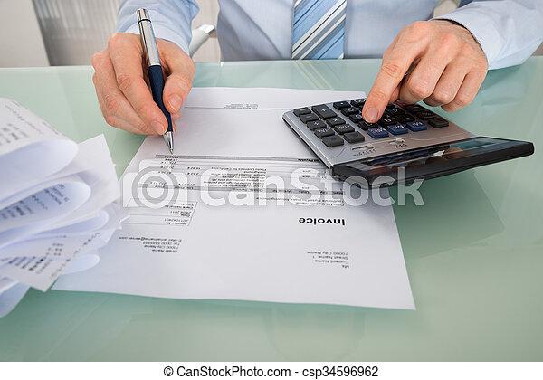 Empresario con factura y calculadora - csp34596962