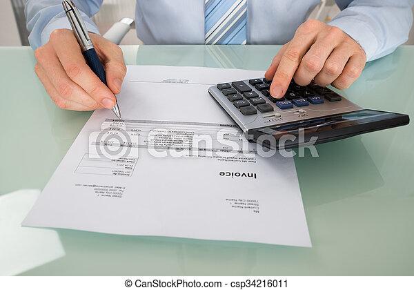 Empresario con factura y calculadora - csp34216011