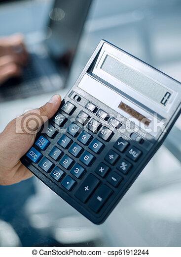 Empresario con calculadora - csp61912244