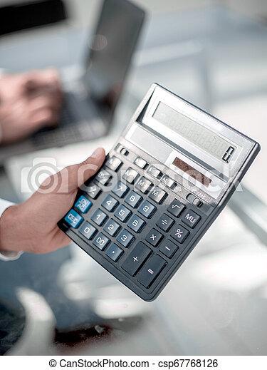Empresario con calculadora - csp67768126