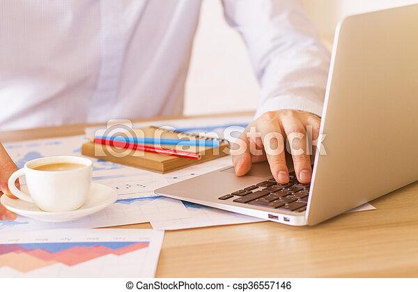 Hombre de negocios usando portátil - csp36557146