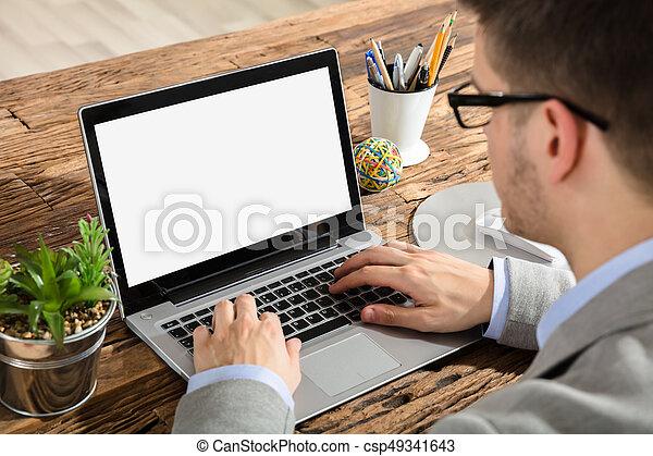 Hombre de negocios usando portátil - csp49341643