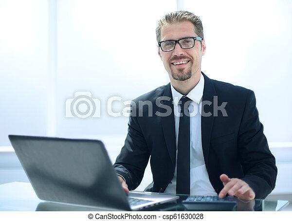 Hombre de negocios en la oficina trabajando en portátil - csp61630028