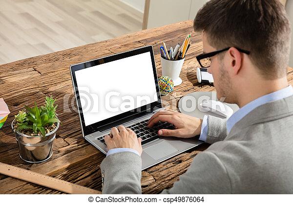 Hombre de negocios usando portátil - csp49876064