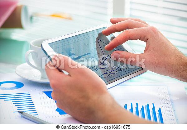 Hombre de negocios usando tablet - csp16931675