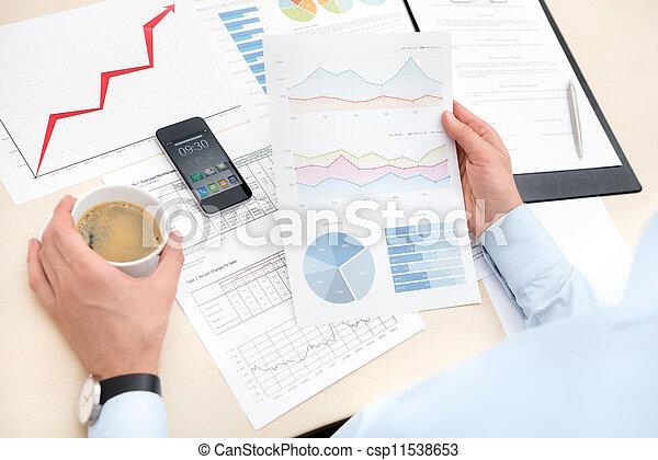 Hombre de negocios trabajando con documentos - csp11538653
