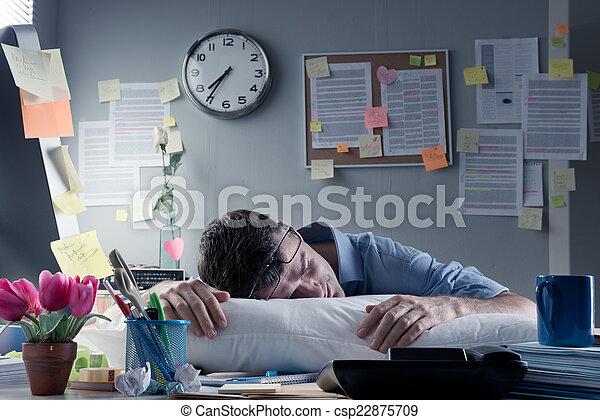 Hombre de negocios durmiendo en la oficina toda la noche - csp22875709