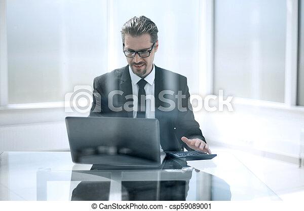 Un hombre de negocios casual en una mesa en su oficina - csp59089001