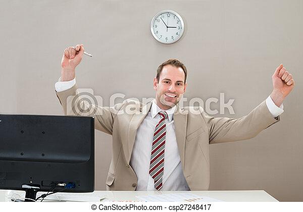Un hombre de negocios feliz en el escritorio - csp27248417