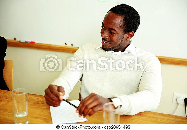 Feliz empresario africano en la reunión en la oficina - csp20651493