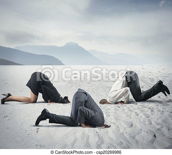 Miedo a la crisis con los hombres de negocios como un avestruz - csp20269986