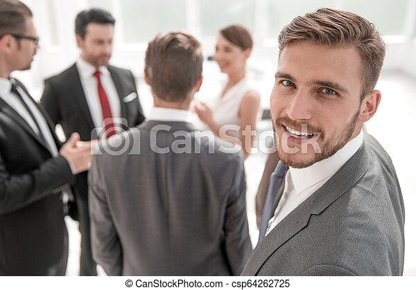 Un exitoso hombre de negocios con antecedentes de oficina borrosos - csp64262725
