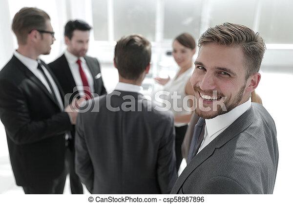 Un exitoso hombre de negocios con antecedentes de oficina borrosos - csp58987896