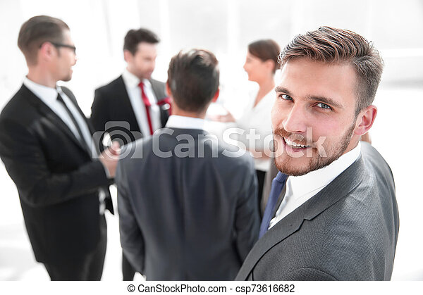 Un exitoso hombre de negocios con antecedentes de oficina borrosos - csp73616682