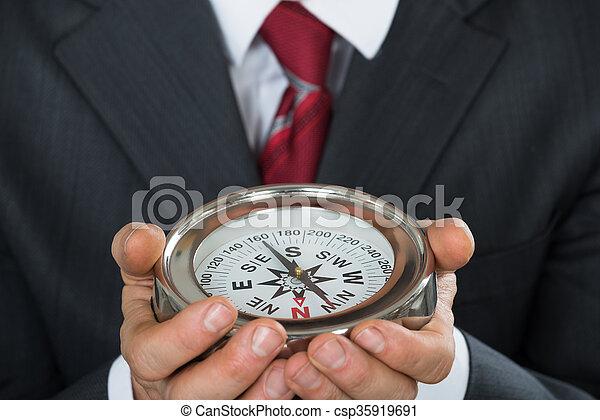 hombre de negocios, primer plano, tenencia, compás - csp35919691
