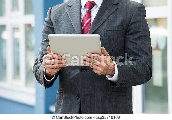 hombre de negocios, primer plano, tenencia, tableta, digital - csp35718160
