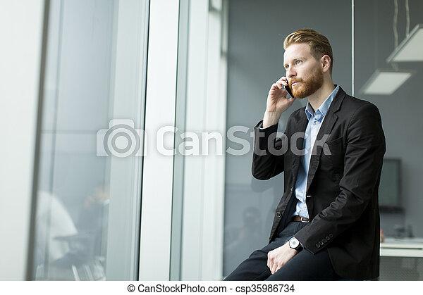 Hombre de negocios en un teléfono - csp35986734