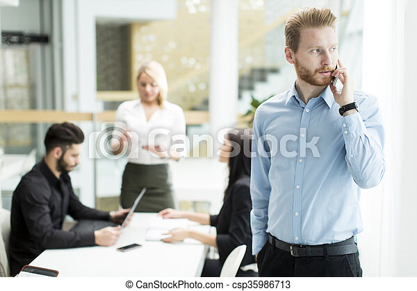 Hombre de negocios en un teléfono - csp35986713