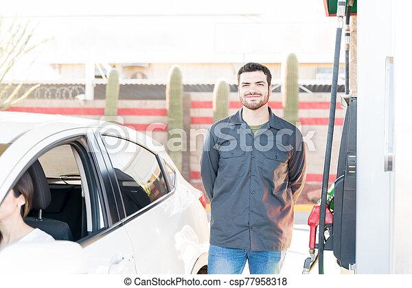 hombre, gas, sonriente, trabajando, estación - csp77958318