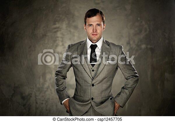 Hombre con traje gris - csp12457705