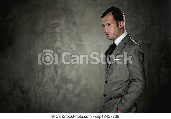 Hombre de traje gris - csp12457706