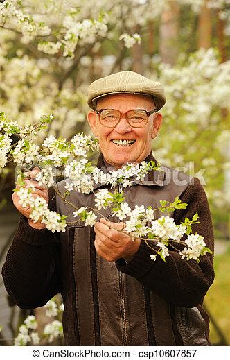 Un anciano feliz en el jardín - csp10607857