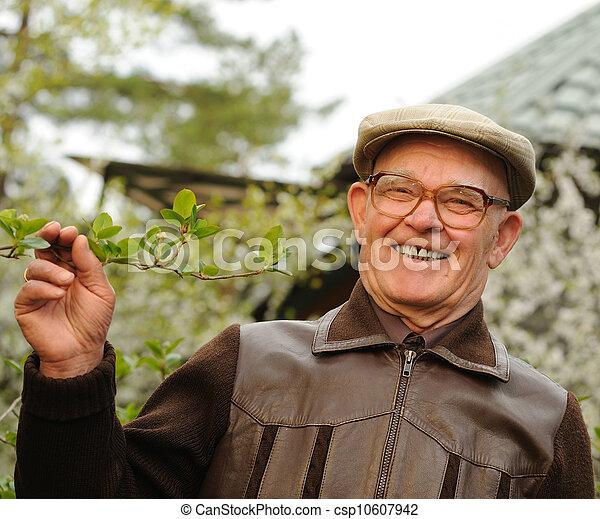 Un anciano feliz en un jardín - csp10607942