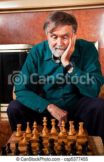 Un hombre mayor jugando ajedrez - csp5377455