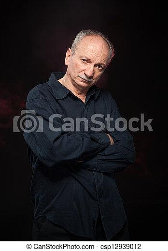 Un hombre guapo con camisa negra - csp12939012