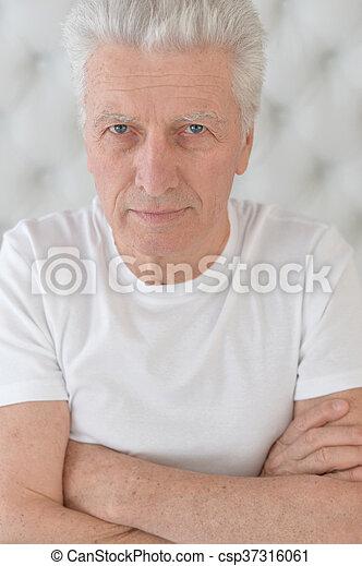 Cara de hombre mayor - csp37316061